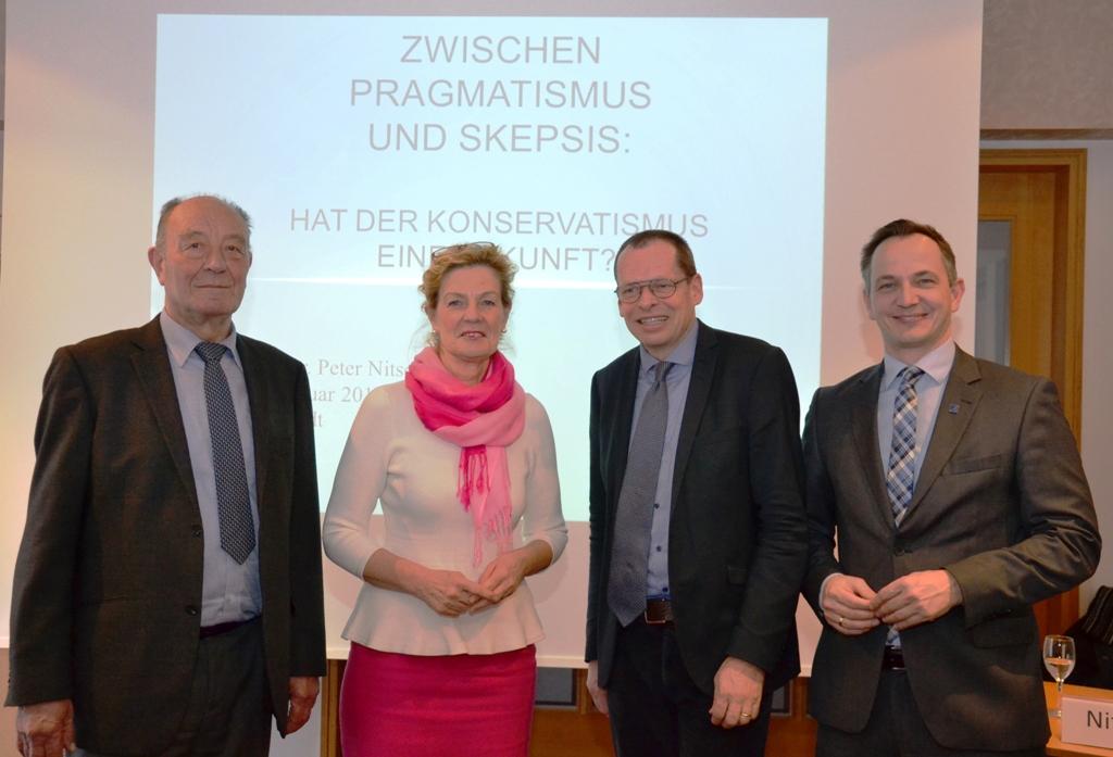 (v.l.n.r) Hans-Jürgen Krumpelt, Ministerin a.D. Elisabeth Heister-Neumann, Prof. Peter Nitschke, Christoph Bors (Bild: KAS Bildungsforum Niedersachsen).