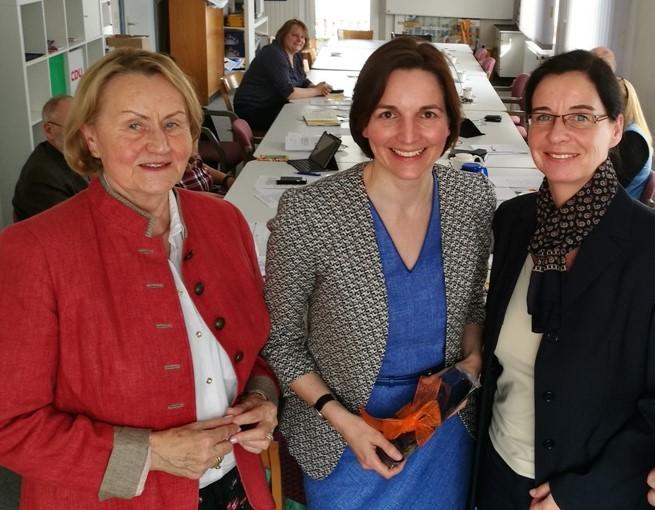 Dorothea Bertling (l., Vorsitzende Arbeitskreis Bildung), empfing, zusammen mit Veronika Koch (r., MdL) die schulpolitische Sprecherin der CDU-Fraktion im Landtag Niedersachsen Mareike Wulf (m., MdL)
