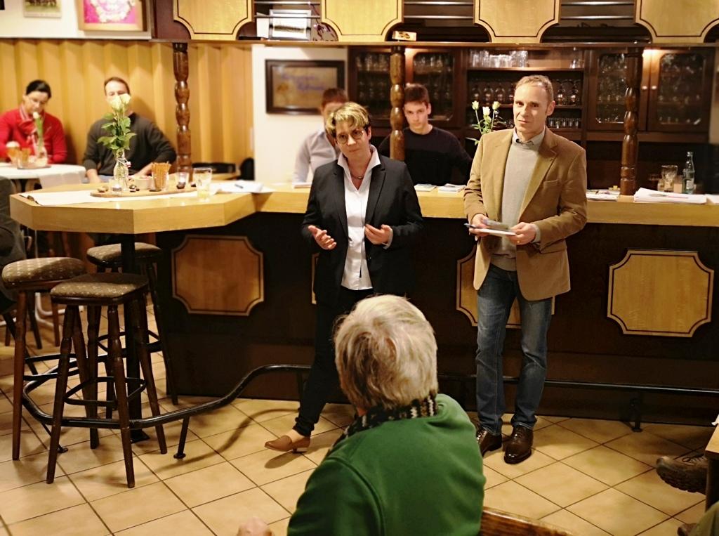 Britta Michel (links) vom CDU-Arbeitskreis und Ralf Reinecke (rechts) von der SVLFG gestalteten den Stammtisch in Rennau.