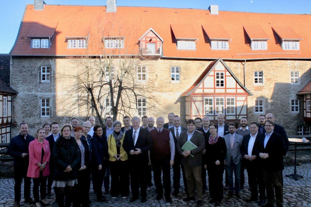 Gruppenbild auf Burg Warberg: Wirtschaftsminister Dr. Bernd Althusmann MdL (Mitte) im Kreise der Mitglieder des CDU Landesvorstandes Braunschweig