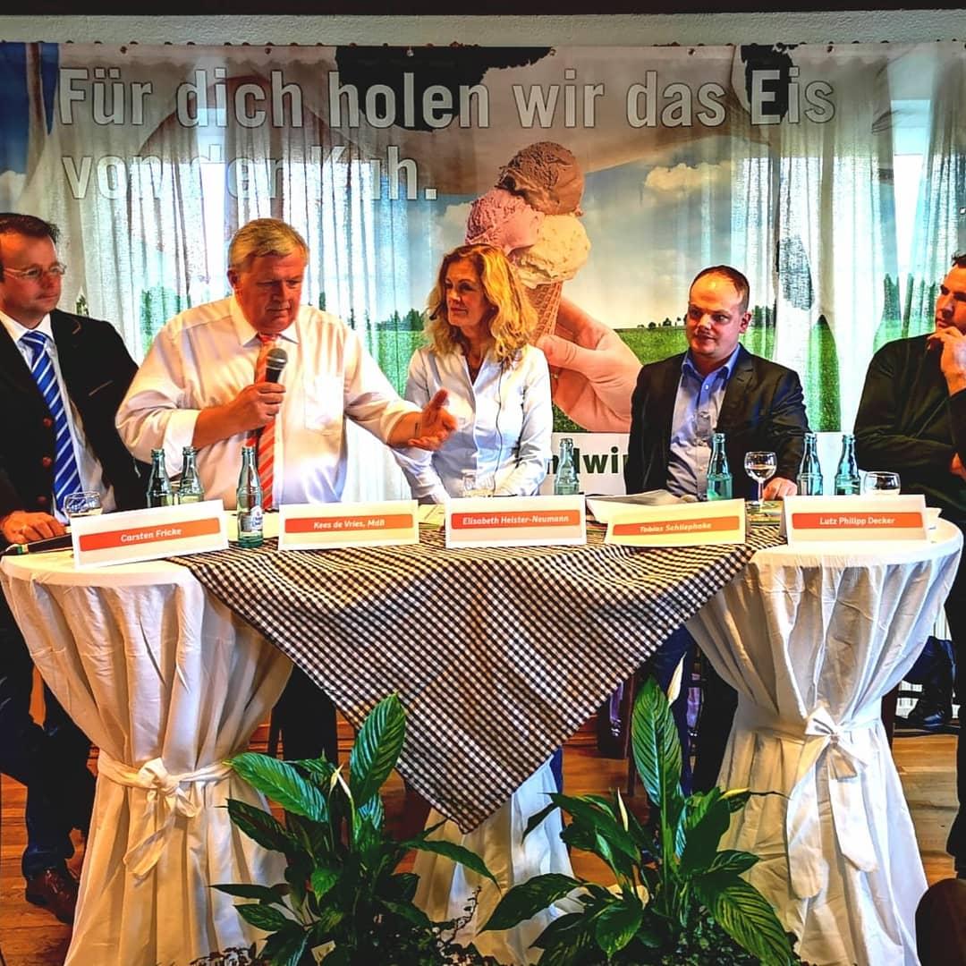 Diskussionsrunde in Rennau: Carsten Fricke (Bayer AG), CDU-Bundestagsabgeordneter Kees de Vries, CDU-Kreisvorsitzende Elisabeth Heister-Neumann, Tobias Schliephake (Bankhaus Seeliger), Philipp Decker (Landwirt)